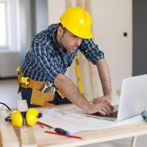 Construction-worker-on-laptop
